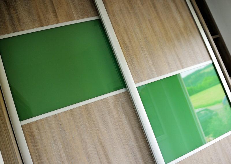 Vestavná skříň s barevným sklem Lacobel