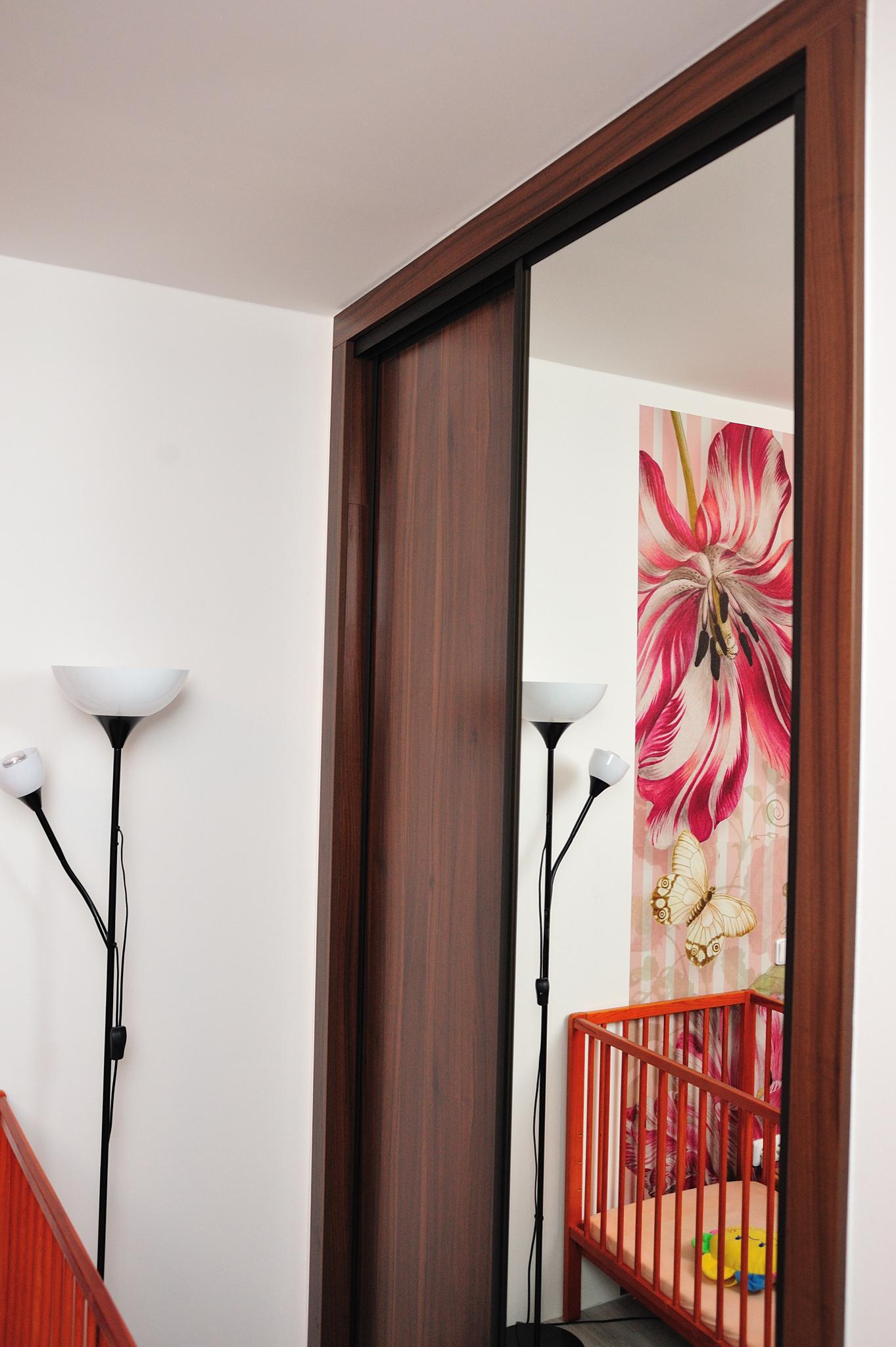 Vestavná skříň se zrcadlovými dveřmi
